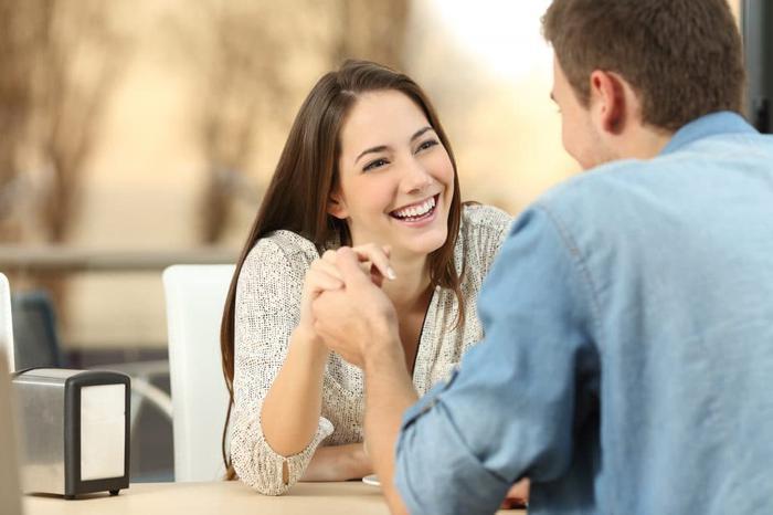 5 gestes anodins que les femmes adorent lors d'une première rencontre coquine